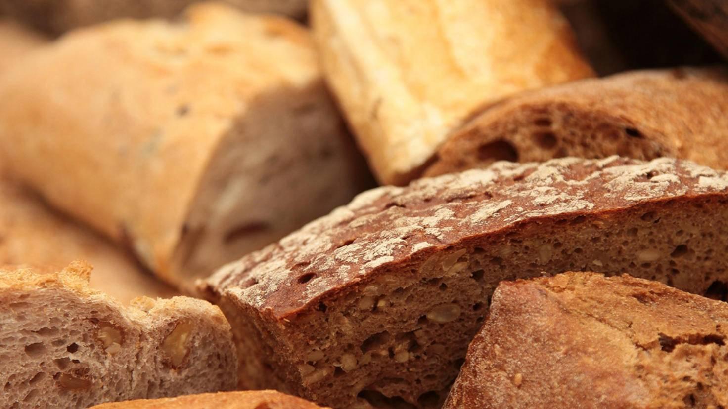 Im Kühlschrank wird Brot schneller altbacken.
