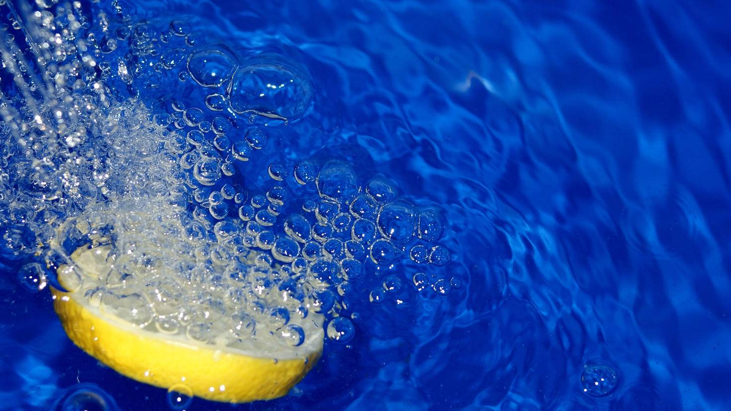 Zitronenscheiben im Badewasser beleben den Körper.