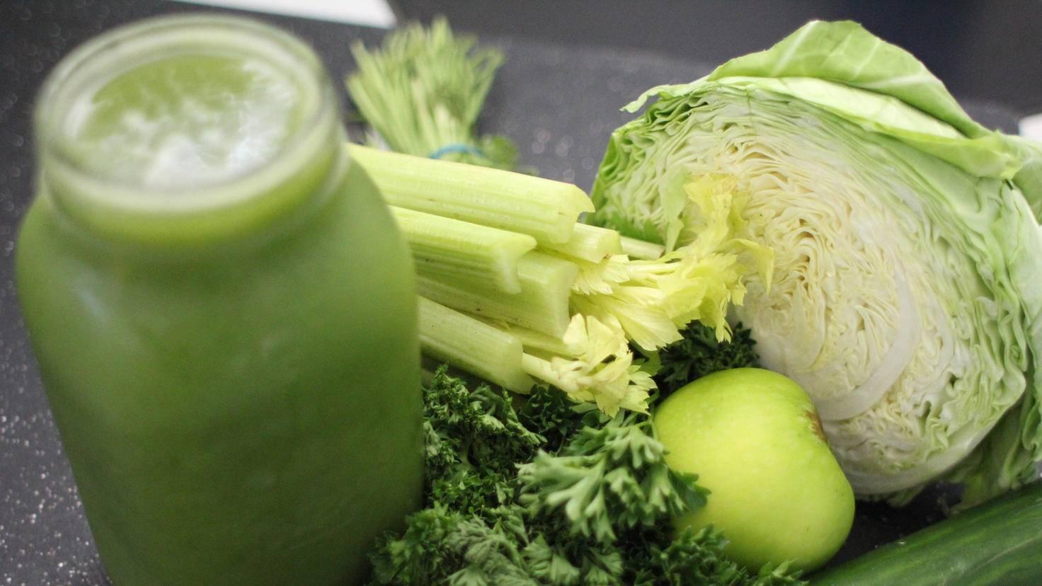 Eine Mischung aus Obst und Gemüse ist gesünder als ein reiner Obstsmoothie.