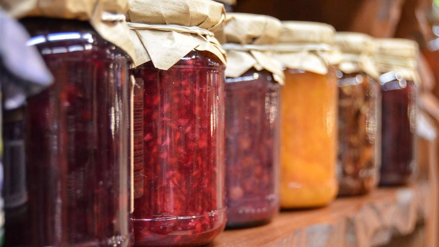 Lange Haltbares wie Marmelade wird am besten im obersten Fach gelagert.