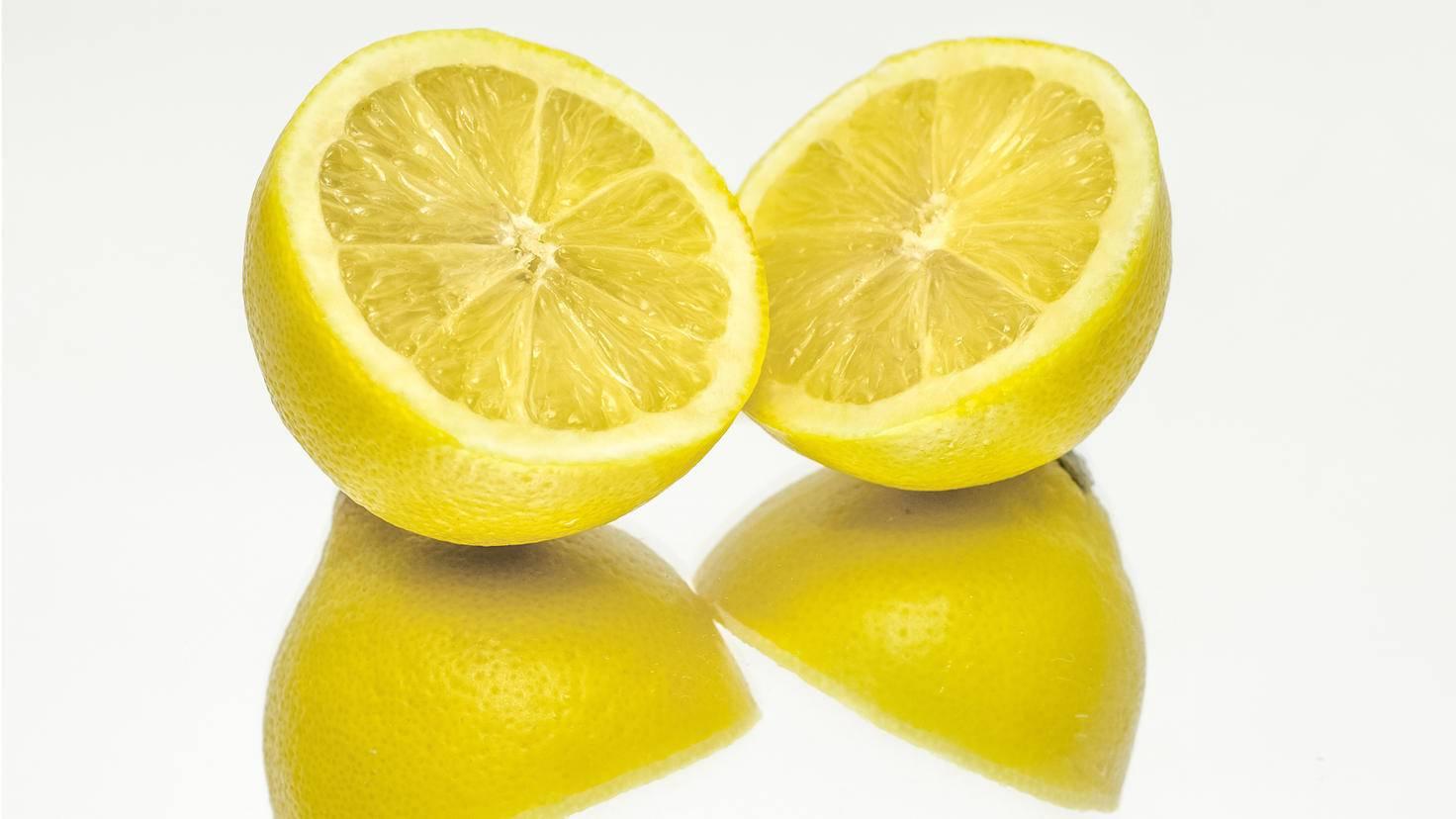 Zitrone gepaart mit Backpulver sagt Flecken den Kampf an.
