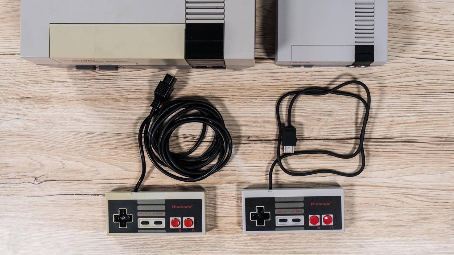 Heute nur noch bei Retro-Konsolen wie dem NES Classic Mini (rechts) vorstellbar: Kabel am Controller!