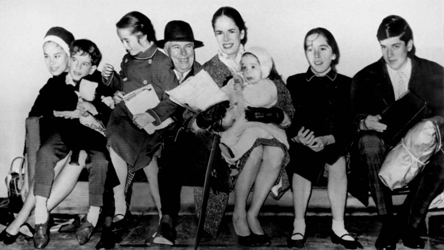 Charlie Chaplin im Jahr 1961 mit seiner Ehefrau Oona und den sechs gemeinsamen Kinder.