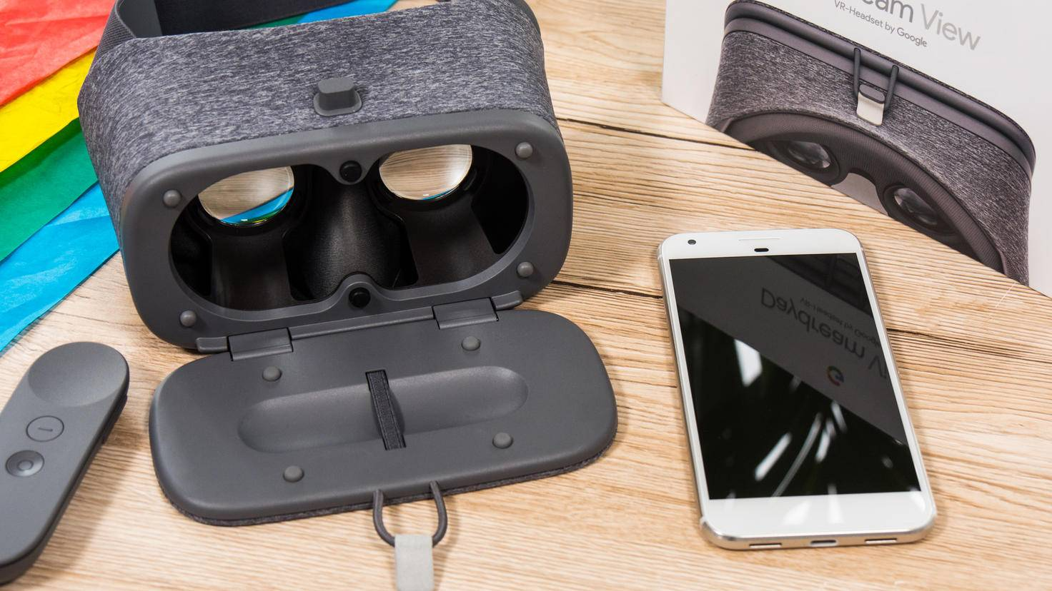 Das Smartphone dient als Display für die VR-Darstellung.