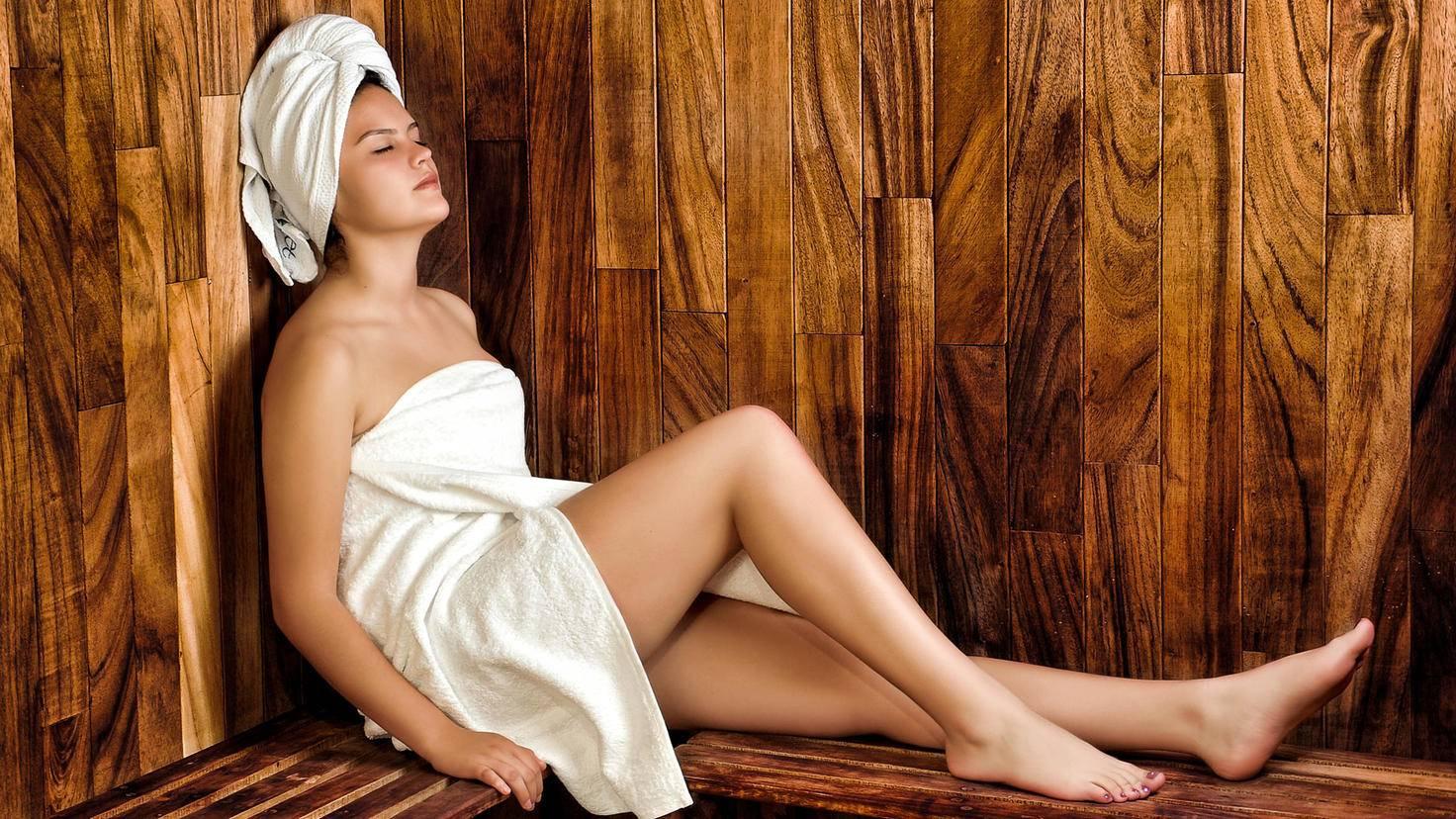 Bei Muskelkater kann ein Besuch in der Sauna hilfreich sein.