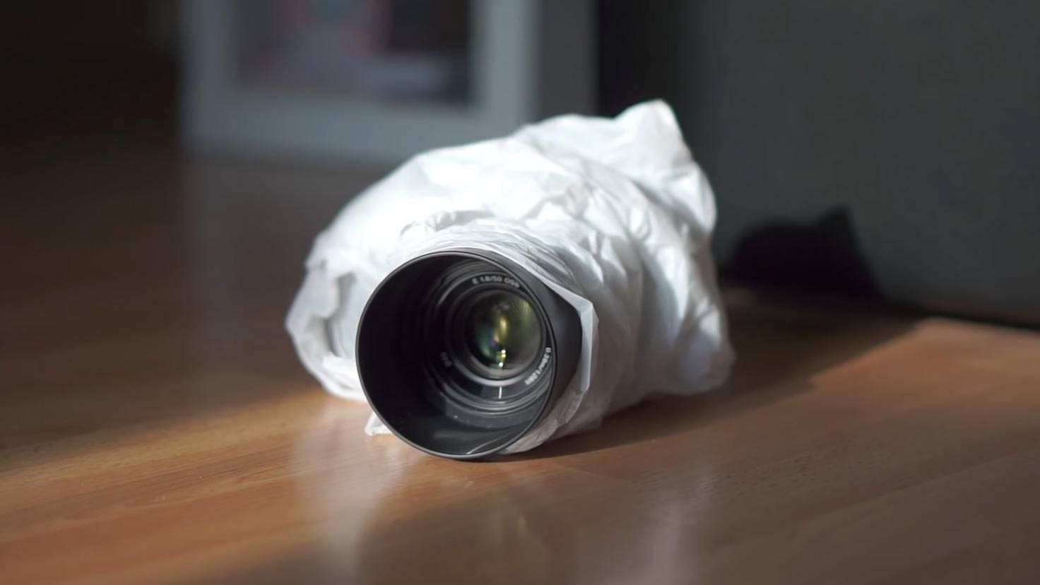 Gut verpackt: Plastiktüte und Gummiband machen Deine Kamera im Notfall wetterfest.