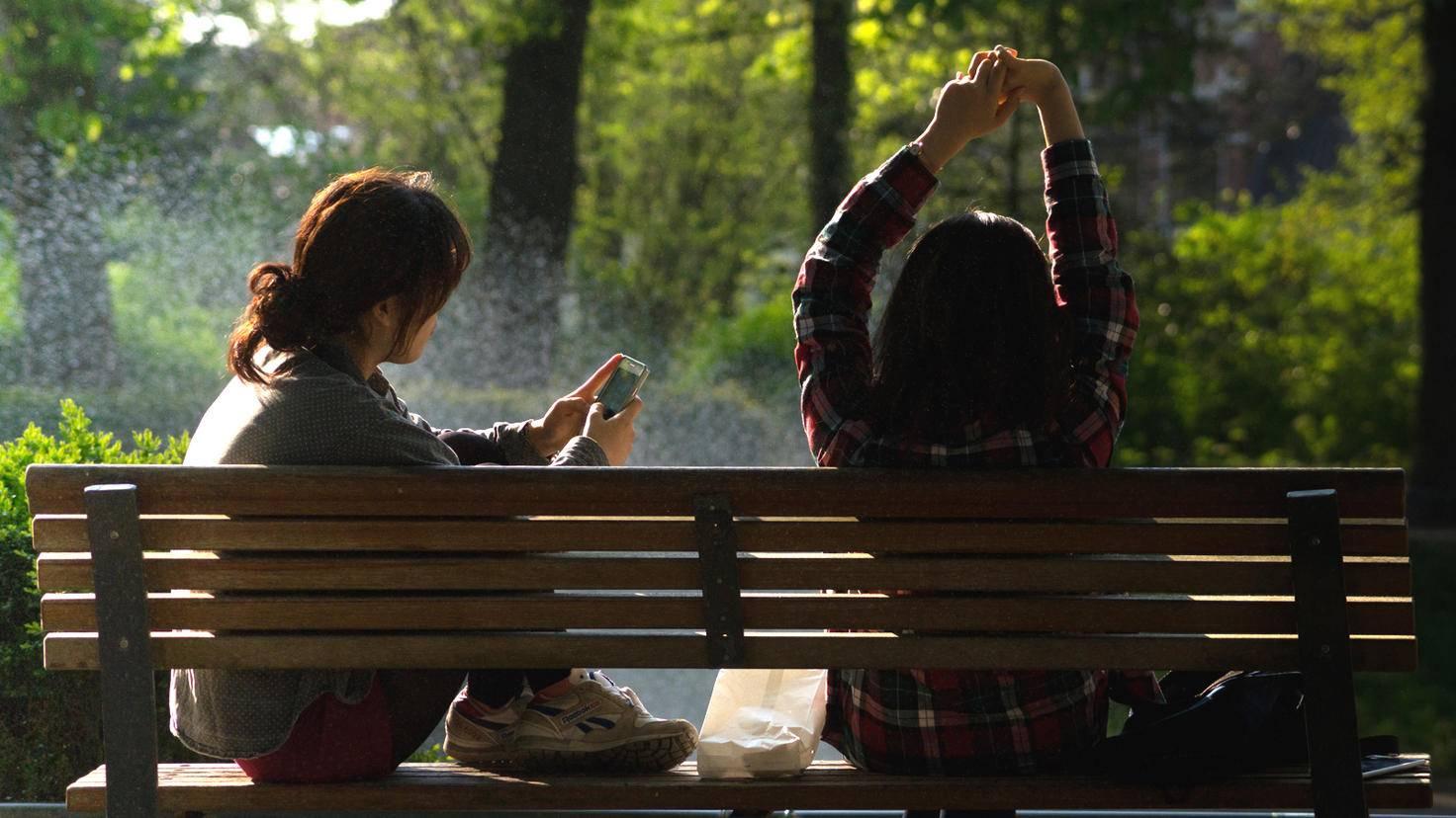 """Smartphones können Menschen verbinden, aber auch trennen – vor allem, wenn sie ständig Vorrang vor """"echten"""" Gesprächen bekommen."""