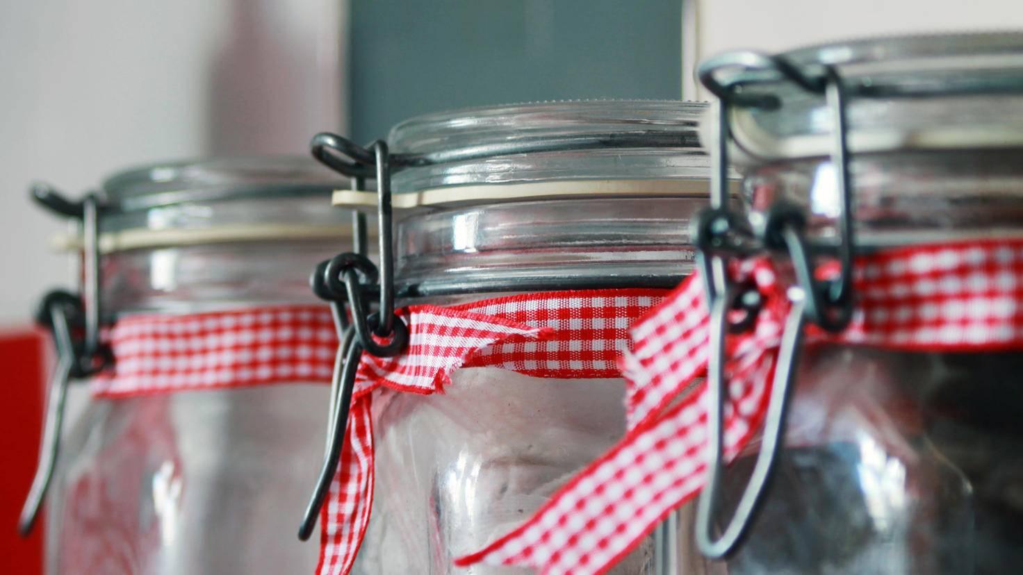 Egal, ob für Nudeln, Cornflakes oder Kaffeebohnen – Einmachgläser machen eine gute Figur im Regal.