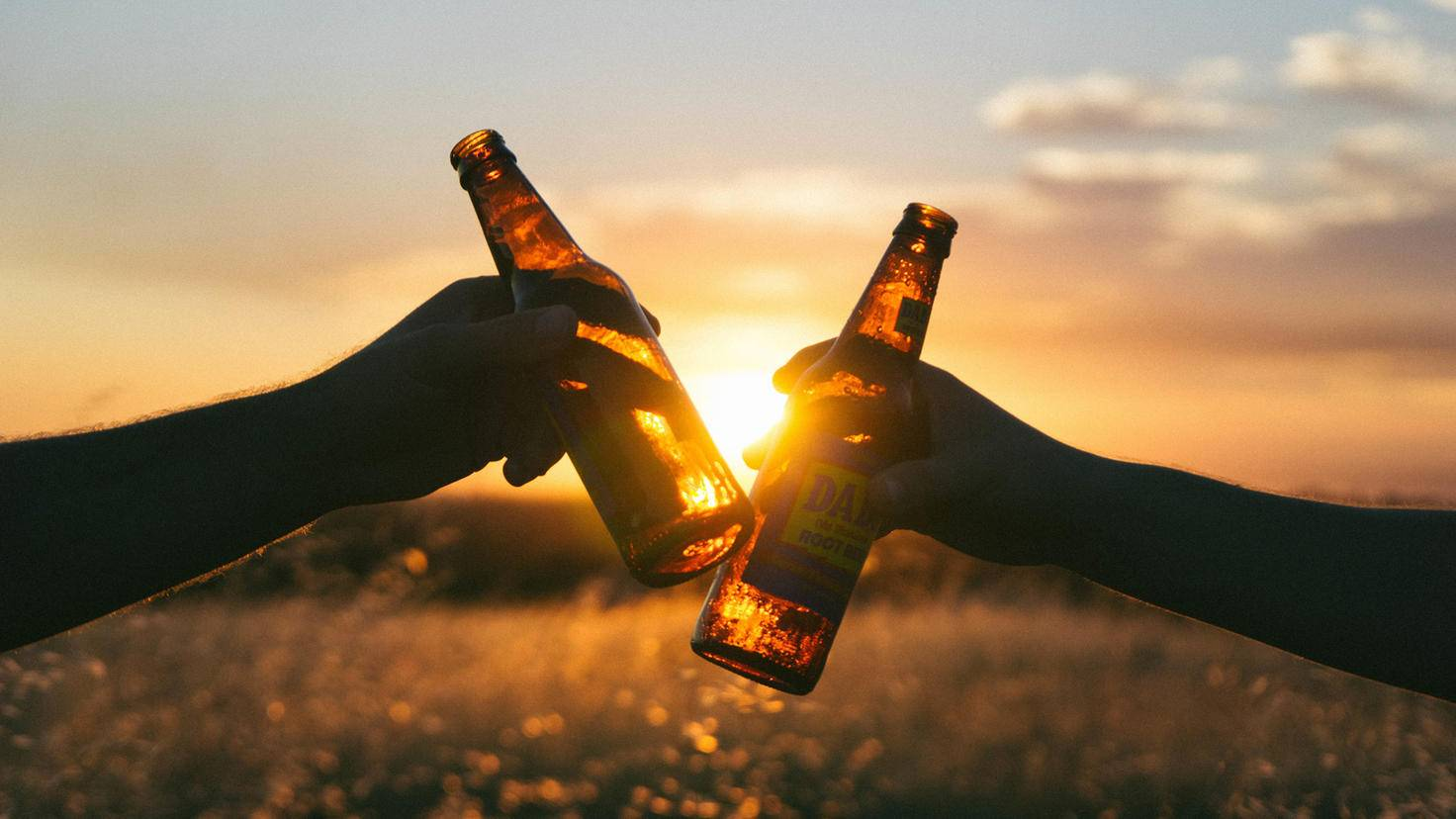 So schön ein Bier im Sonnenuntergang auch sein mag: Studien zufolge sammelst Du damit bei anderen keine Clever-Punkte!