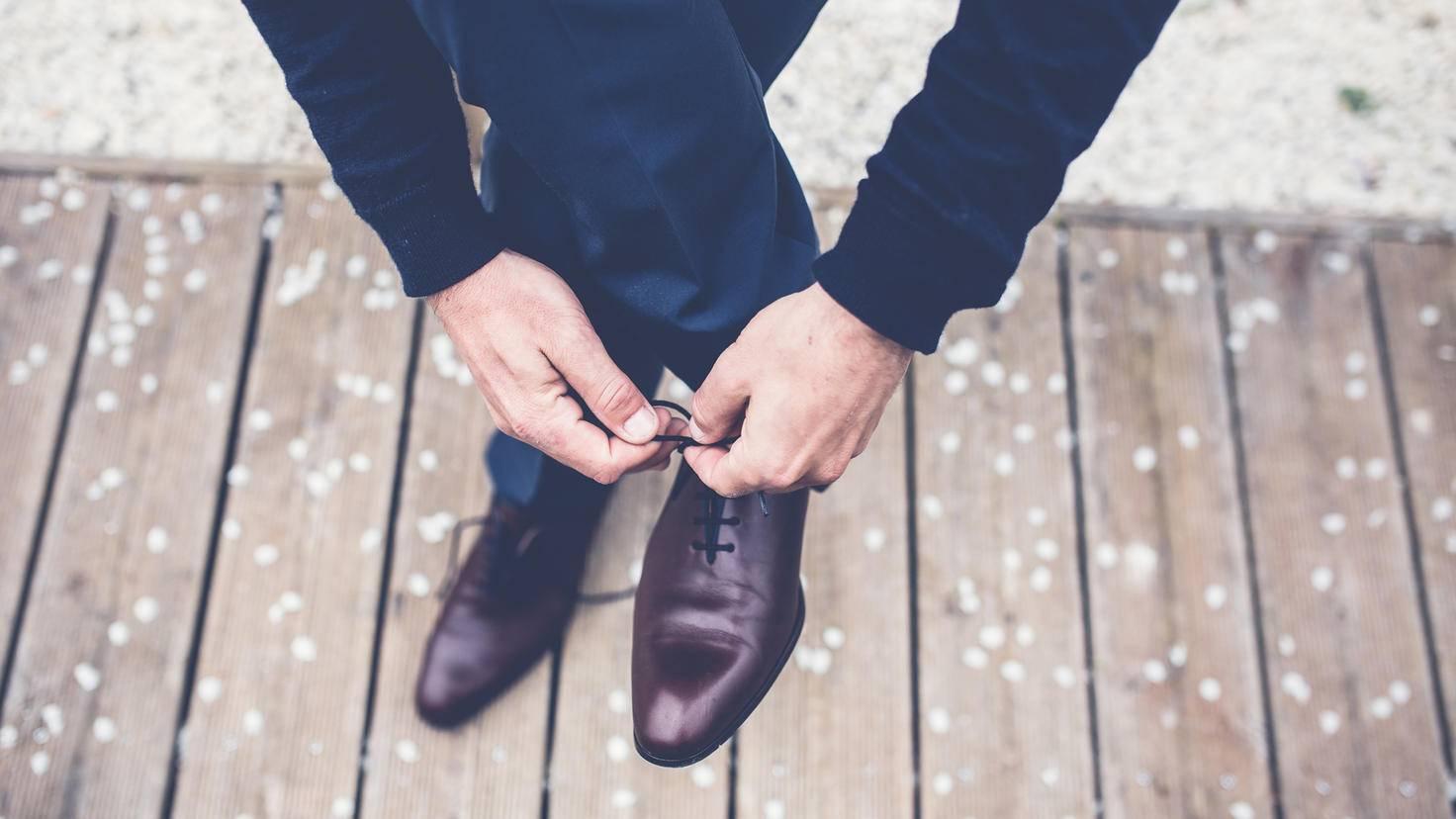 Mit Haarspray sind Schuhe länger schmuck.