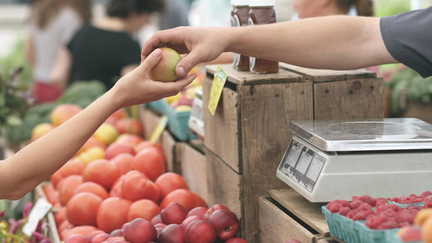 Von Hand zu Hand: Auf dem Wochenmarkt kann auf Plastikverpackung verzichtet werden.