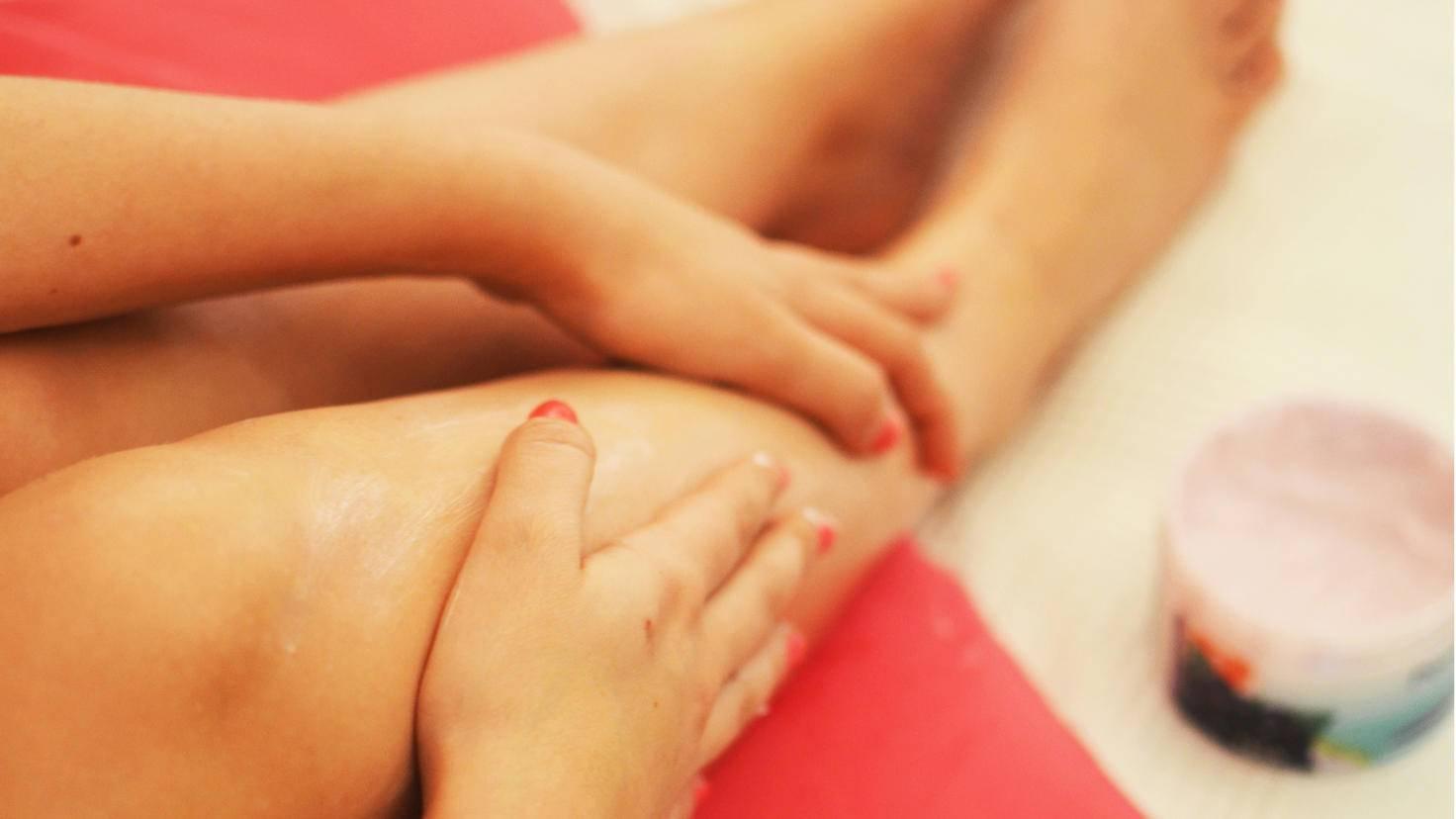 Salben und Cremes können zumindest kurzzeitig Linderung bringen.