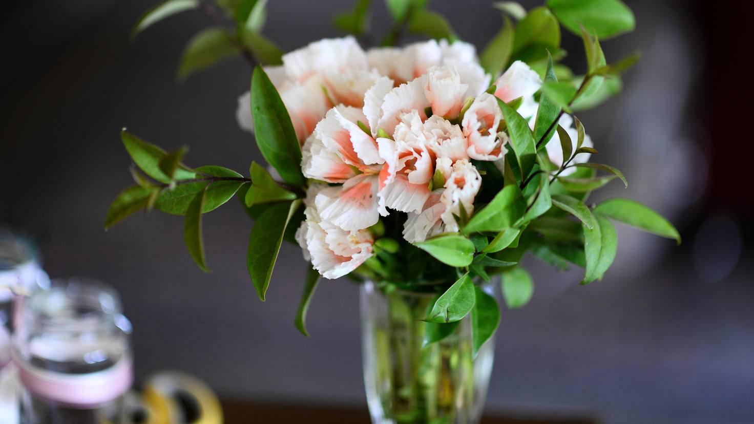 Haarspray schützt frische Blumen vor allzu schnellem Verwelken.
