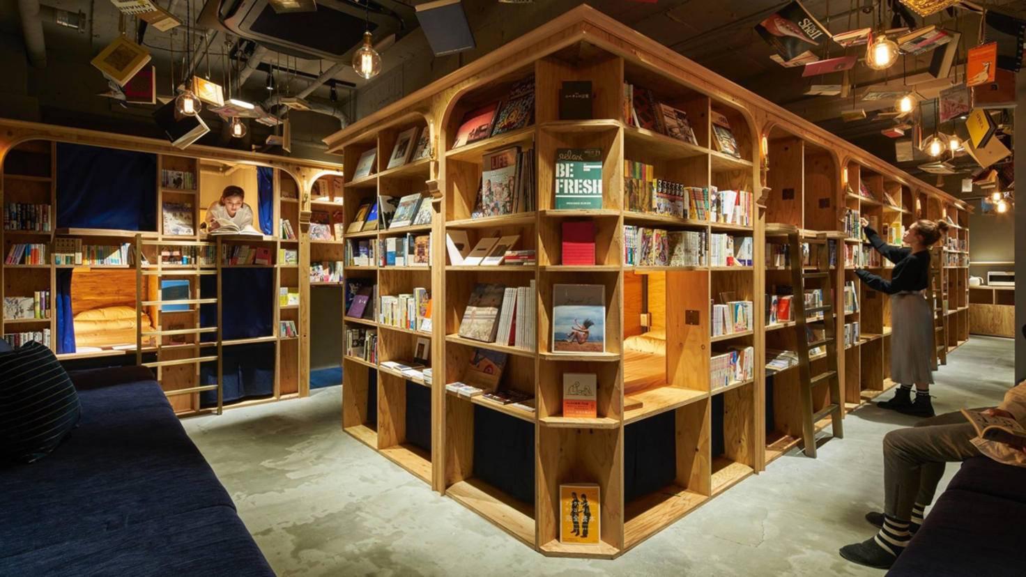 Die Betten im Book & Bed Hostel liegen versteckt zwischen Bücherreihen.