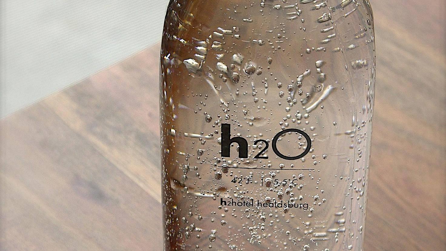 Wenn Du immer eine Flasche Wasser parat hast, trinkst Du auch mehr.