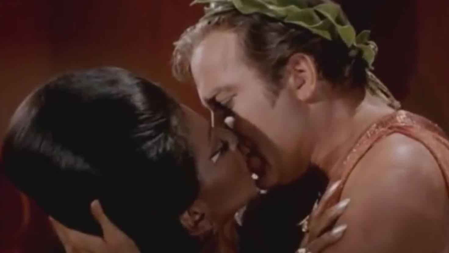 """Filmkuss Uhura und Kirk in """"Star Trek"""""""
