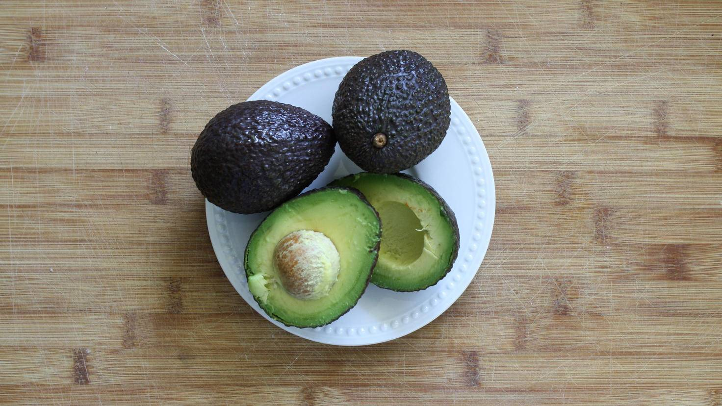 Der Kern ist das größte Hindernis zum leckeren Avocadofleisch.