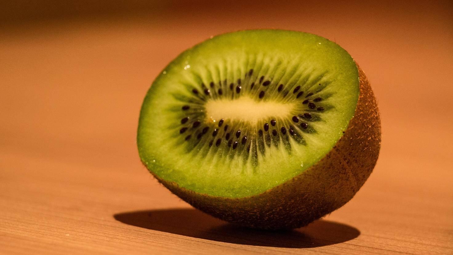 Die Kiwi lässt sich auch ungeschält löffeln.