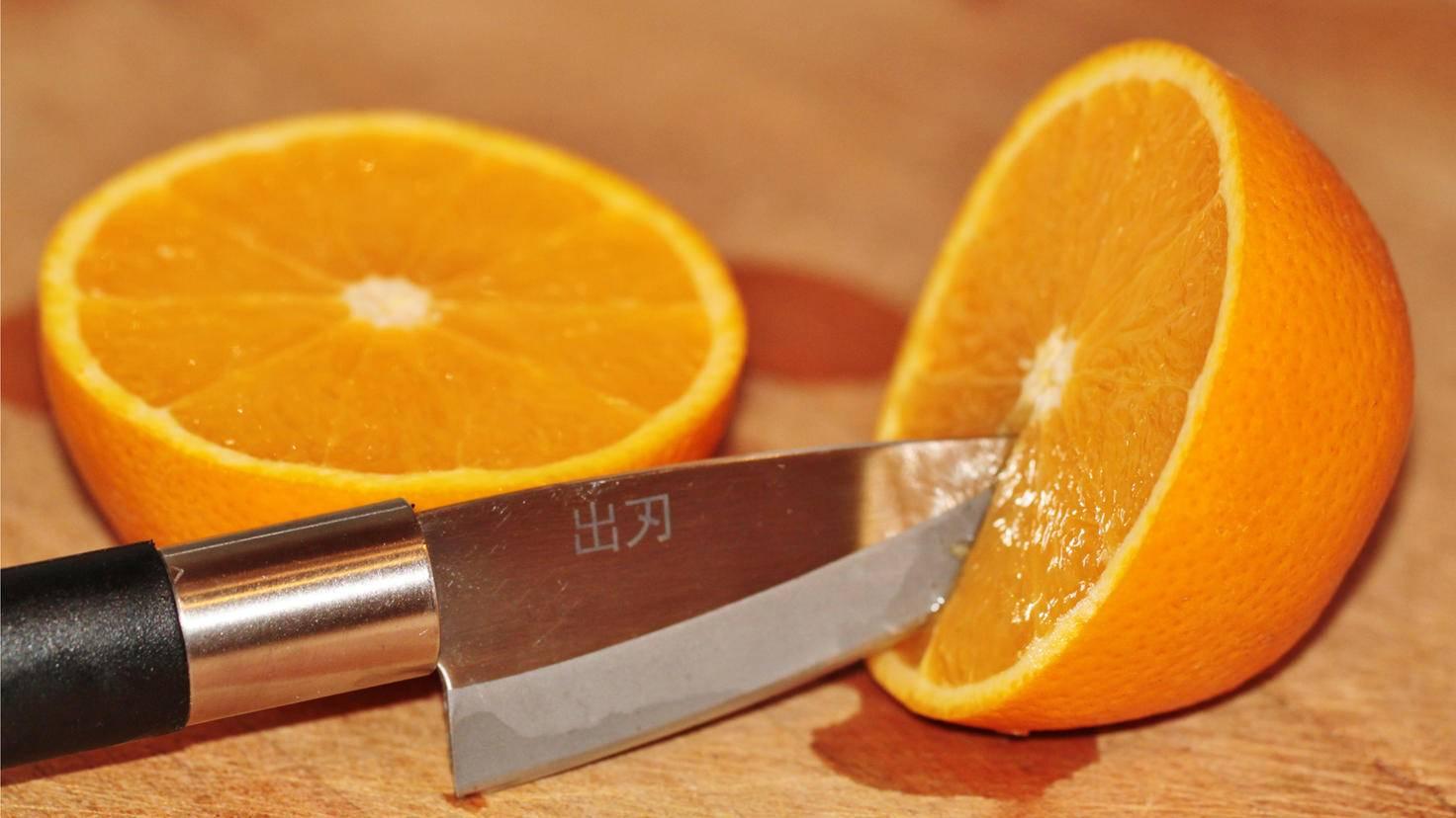 Statt eines scharfen Messers kommt bei diesem Lifehack ein Löffel zum Einsatz.