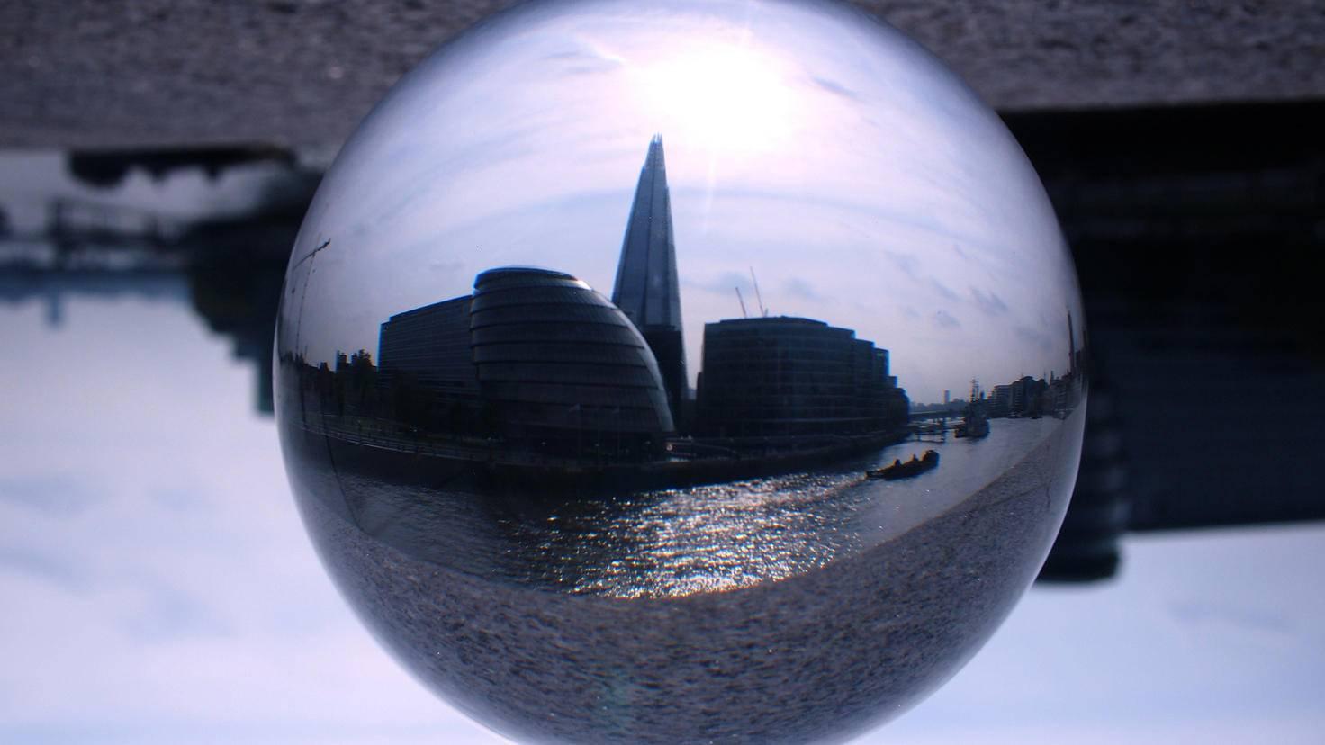 Beeindruckende Architektur und große Freiflächen sind eine perfekte Kombination für die Glaskugel-Fotografie.