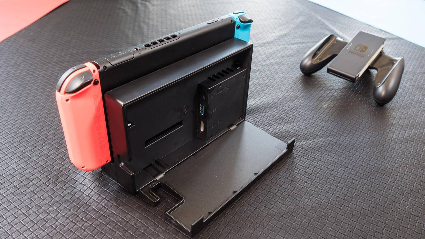Die Verbindung erfolgt über USB-Typ-C, das Dock wird dann per HDMI mit dem Fernseher verbunden.