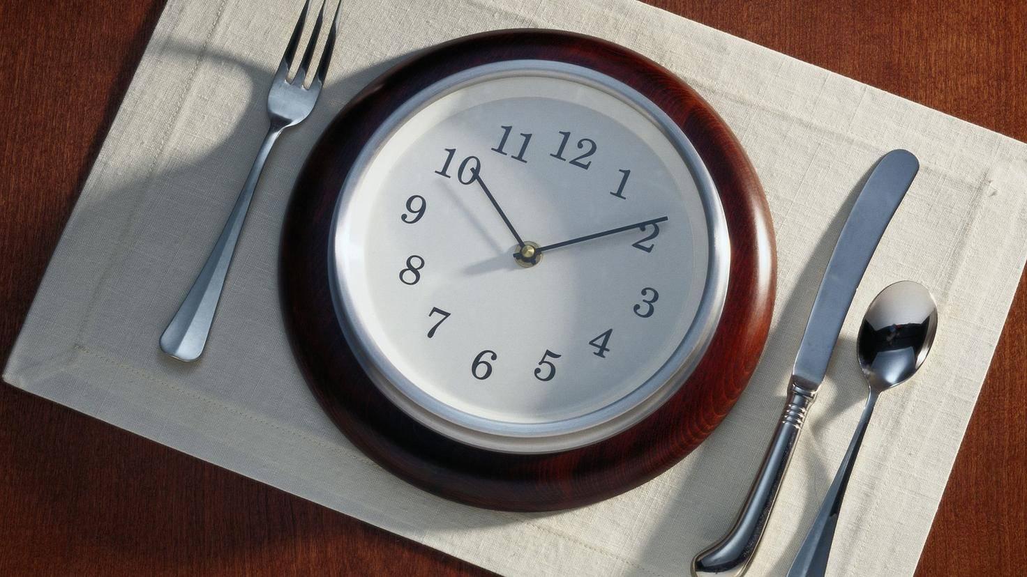 Achte auf regelmäßige Mahlzeiten.