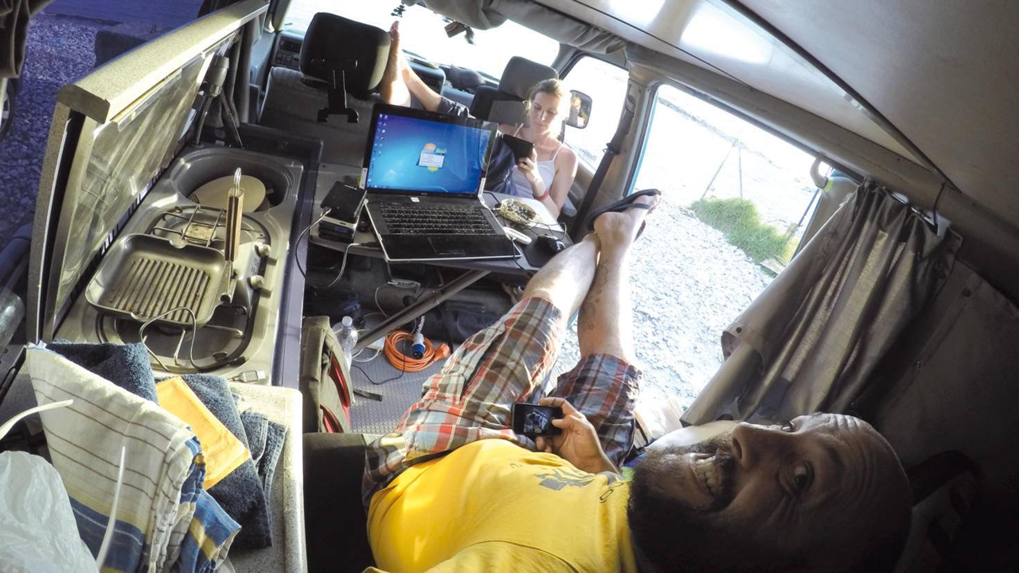 """Mobiles Headquarter: Das digitale Equipment im Van namens """"Mork"""" ermöglicht es, von fast jedem Ort der Welt aus zu arbeiten – und die Touren zu dokumentieren."""