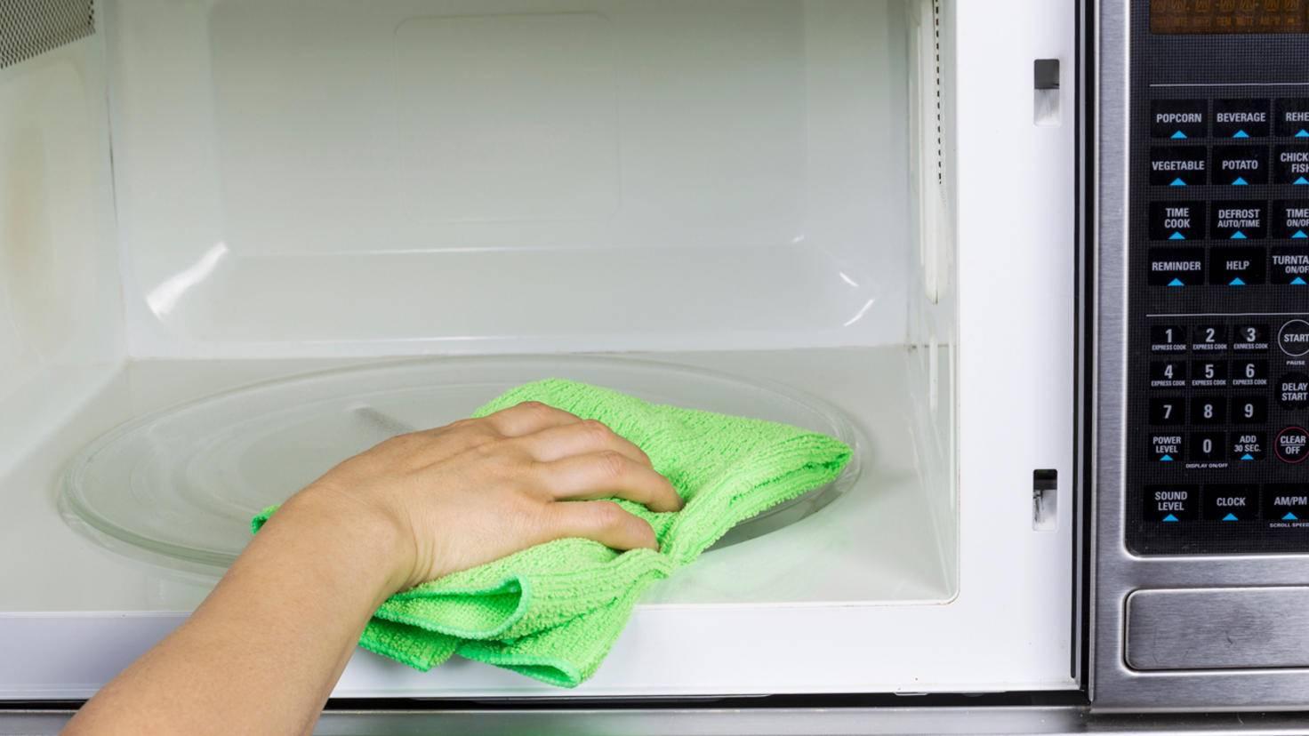 Mit ein paar Hausmitteln bekommst Du die Mikrowelle im Handumdrehen wieder sauber.