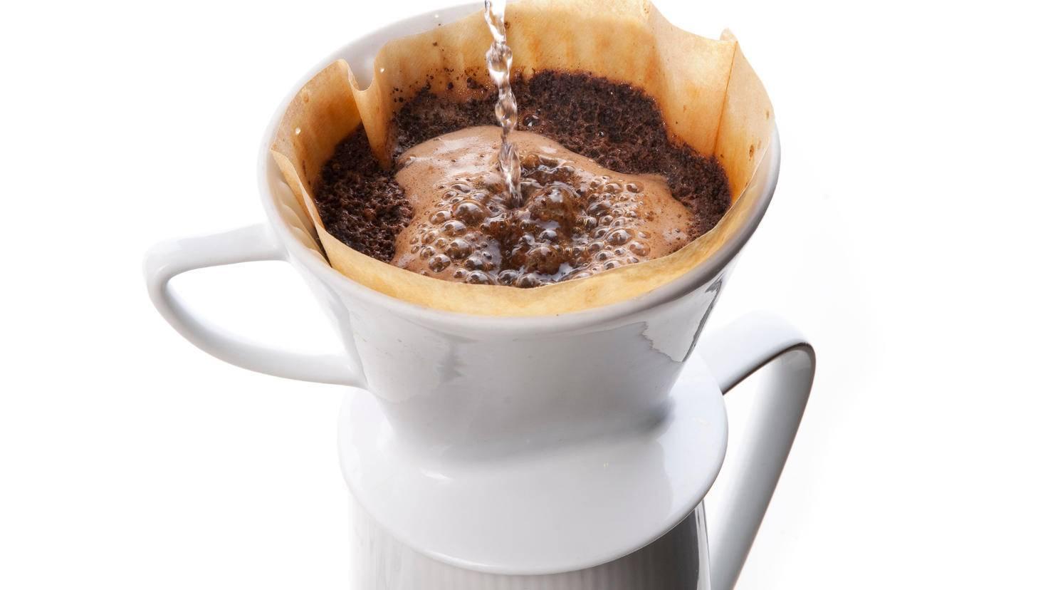Volle Kontrolle: Mit einem Handfilter aus Porzellan bereitest Du Deinen Filterkaffee exakt nach Deinen Vorstellungen zu.
