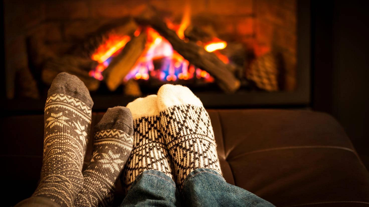 Zu zweit vorm Kamin – eine gute Strategie gegen den Winter-Blues!