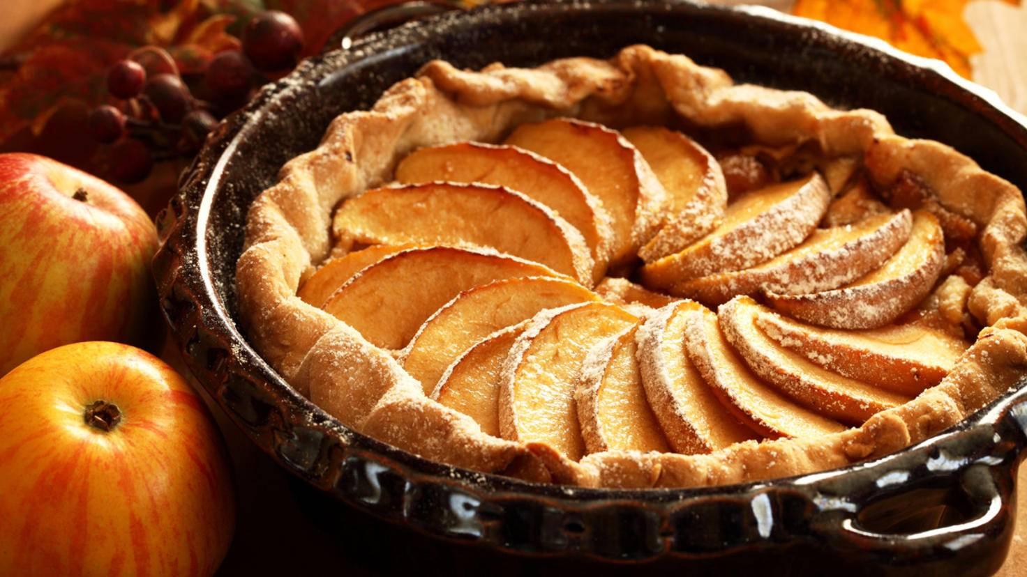Fast geschafft! Wenn Du die Form gründlich eingefettet hast, schafft der Kuchen auch noch den letzten Schritt auf den Teller.