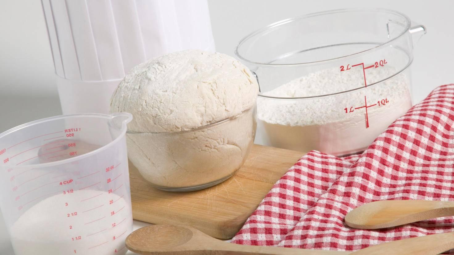 Mit speziell beschrifteten Messbechern kannst Du Mehl, Zucker und Co. auch ohne Waage abmessen.