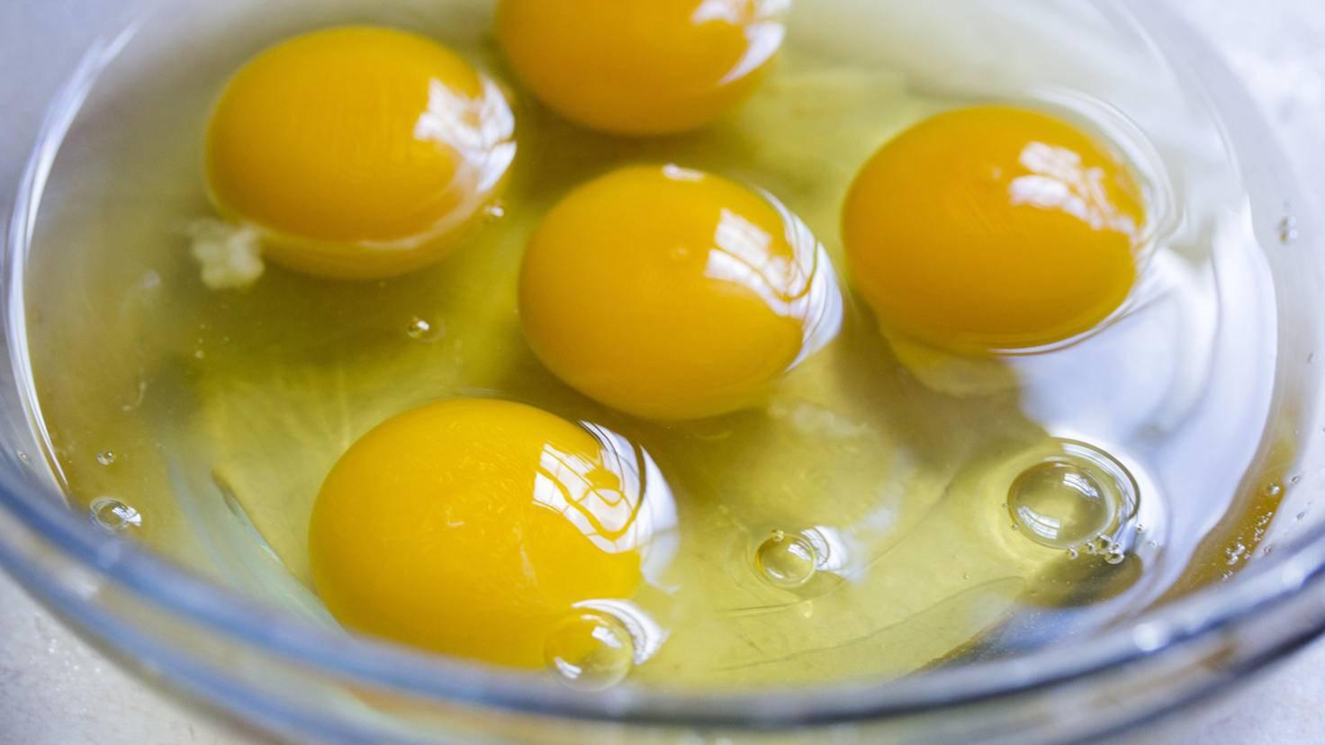 Wer Eier erst einmal getrennt in eine Schüssel schlägt, spart sich das Wühlen nach Schalenstücken im Kuchenteig.