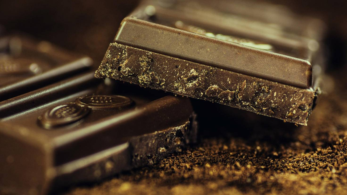 Zartbitterschokolade mit einem hohen Kakaoanteil ist in Maßen genossen durchaus gesund.