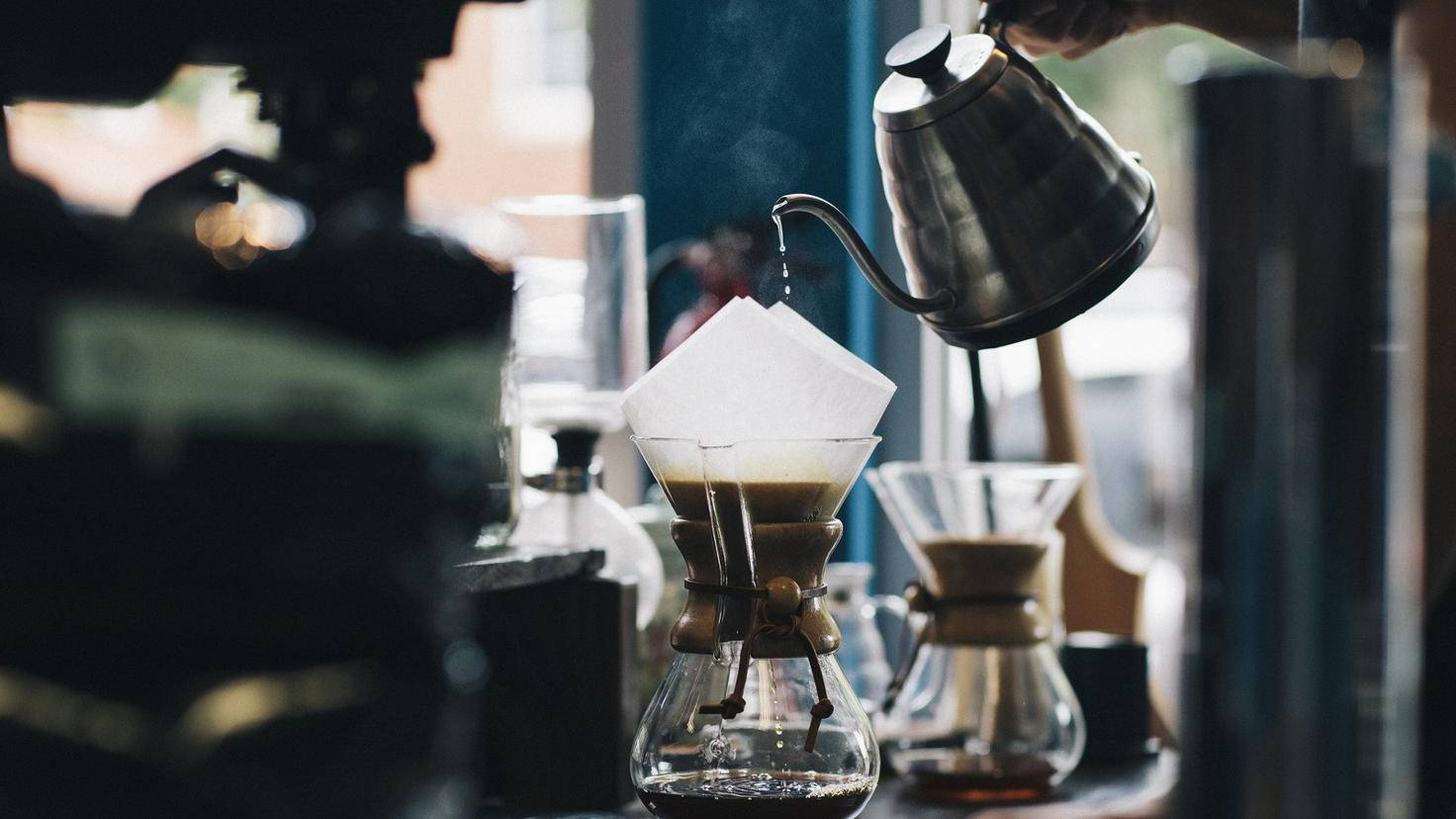 Heiß, aber nicht mehr kochend: So sollte das Wasser sein, bevor es mit leichten Schwenkbewegungen in den Kaffeefilter gefüllt wird.