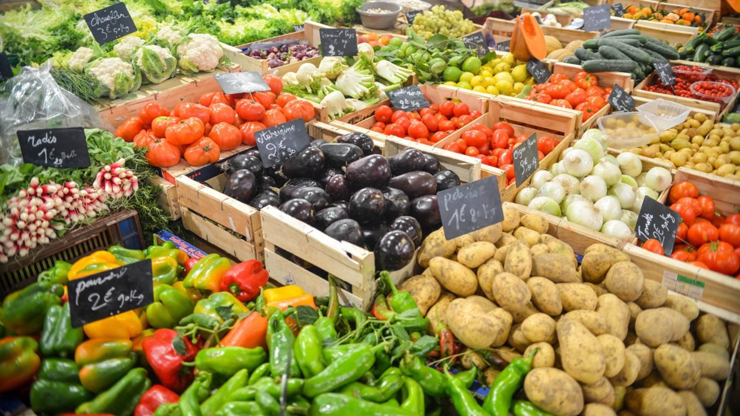 Frische Zutaten bekommst Du zuverlässig auf einem Wochenmarkt.