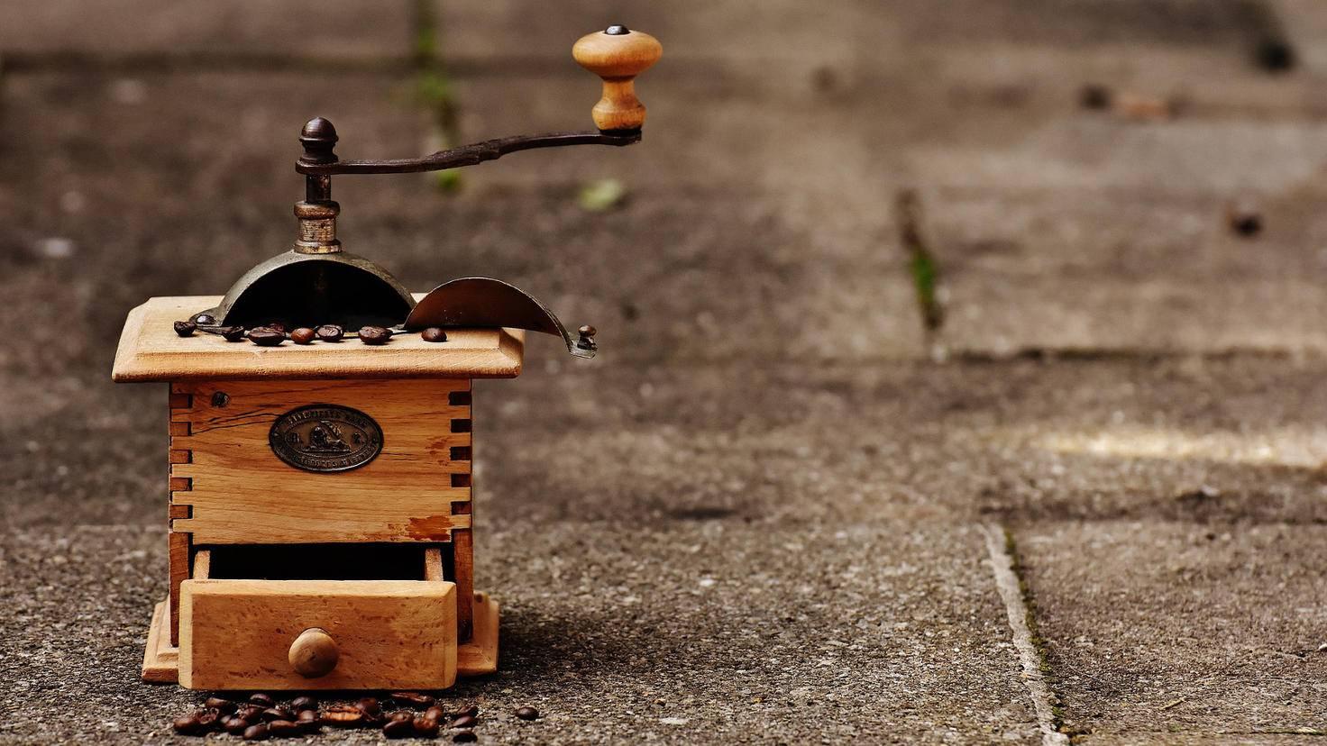 Bewährt: Mechanische Kaffeemühlen mit Handkurbel tun auch heute noch tadellos ihren Dienst.