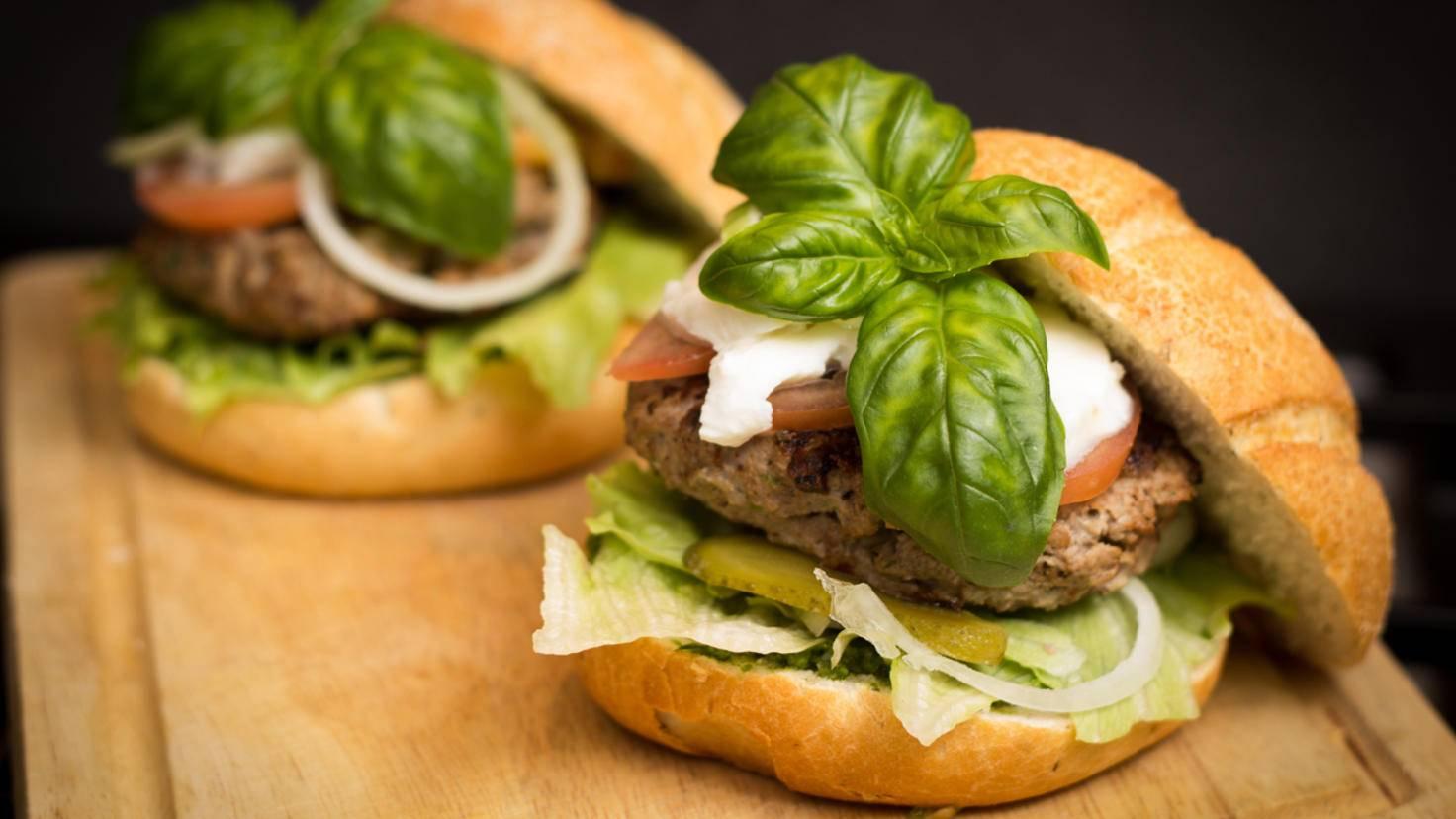 Kunstvoll geschichtete Hamburger kommen aus einem seitlichen Winkel am besten zur Geltung.