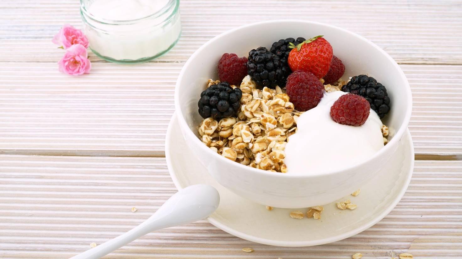 Griechischer Joghurt – auch gemixt mit Beeren und Müsli – ist abends erlaubt.