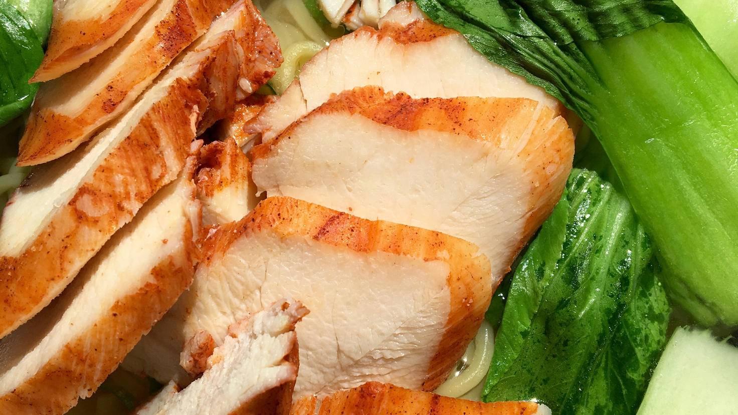 Weißes Fleisch von Pute oder Hähnchen enthält wenig Fett.