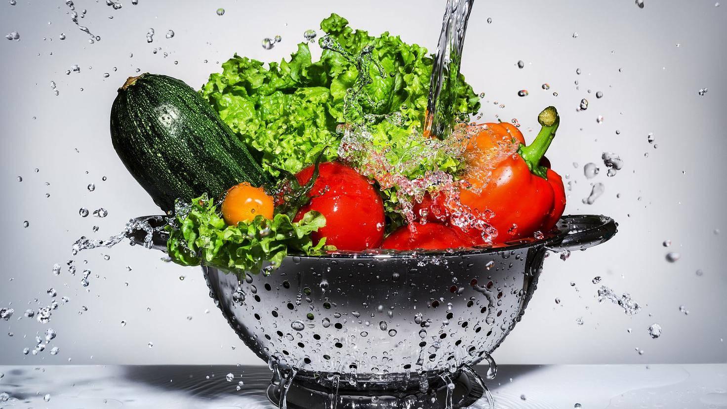 Egal, welches Gemüse Du zubereiten willst – vorher solltest Du es immer waschen.