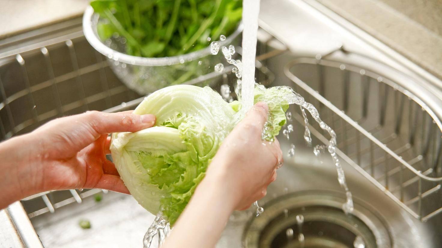 Salat solltest Du nicht unter fließendem Wasser abwaschen!