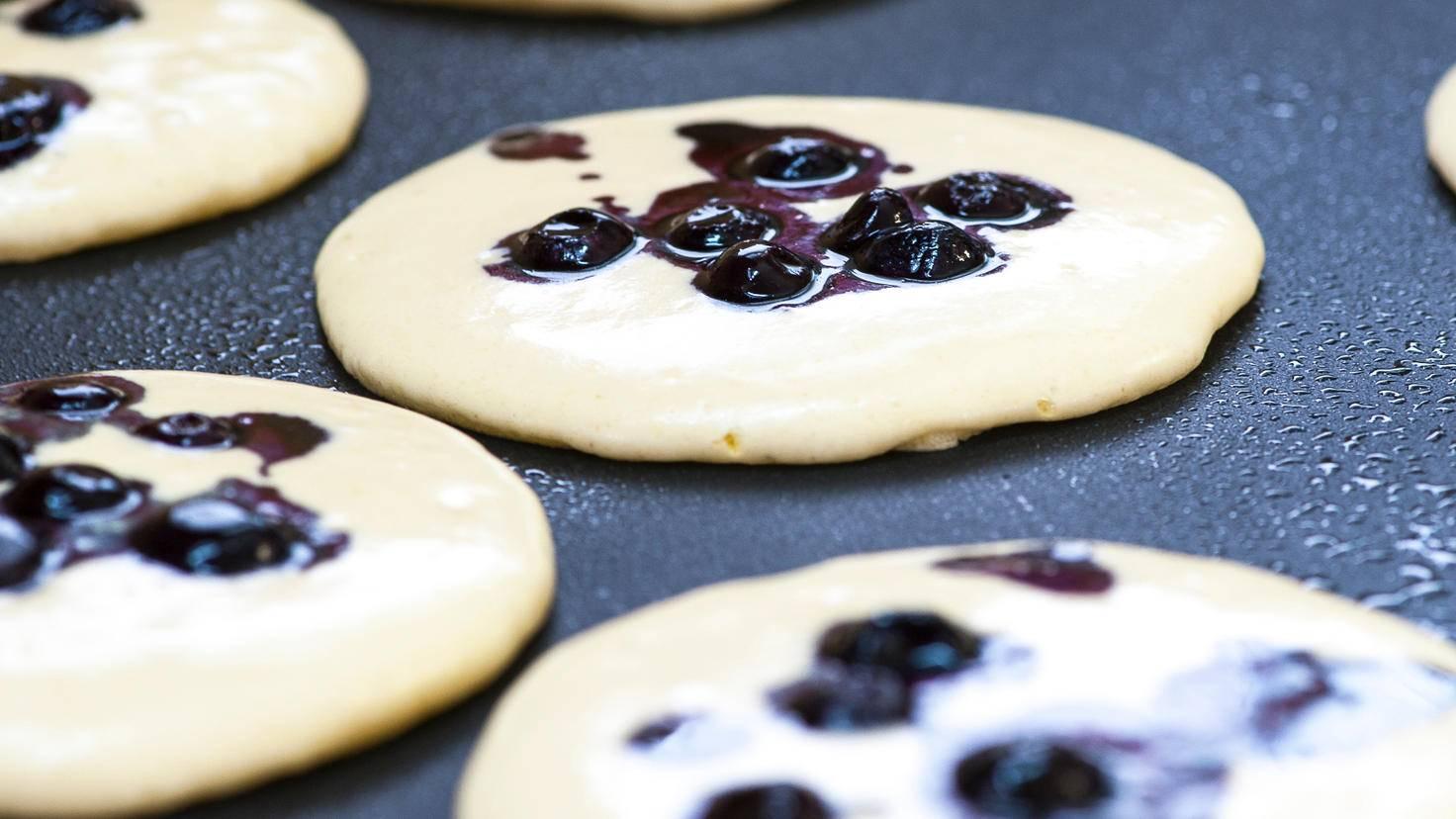 In einer großen Pfanne passen viele Pancakes nebeneinander.