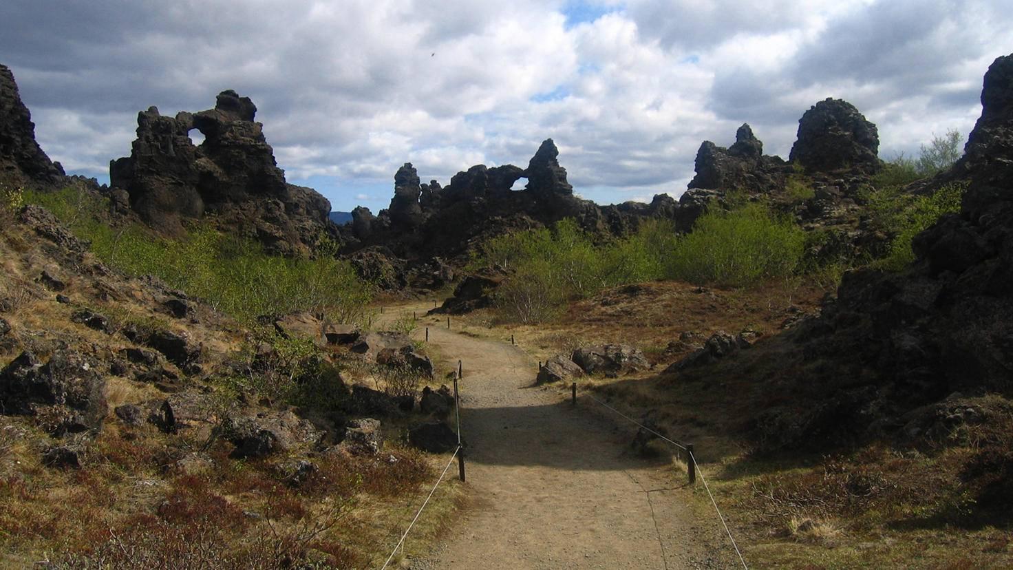 Zerklüftete Felsen, karge Landschaft – eine Beschreibung, die auf den Norden von Westeros nicht ganz zufällig ebenso zutrifft wie auf die isländische Felsformation Dimmuborgir.