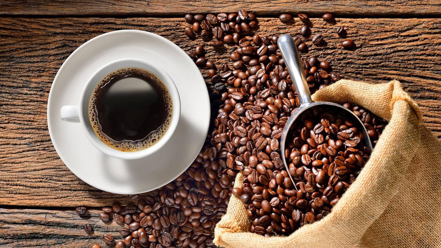Von den Bohnen zum fertigen Getränk kommt der Kaffee nur durch eine Kaffeemühle.
