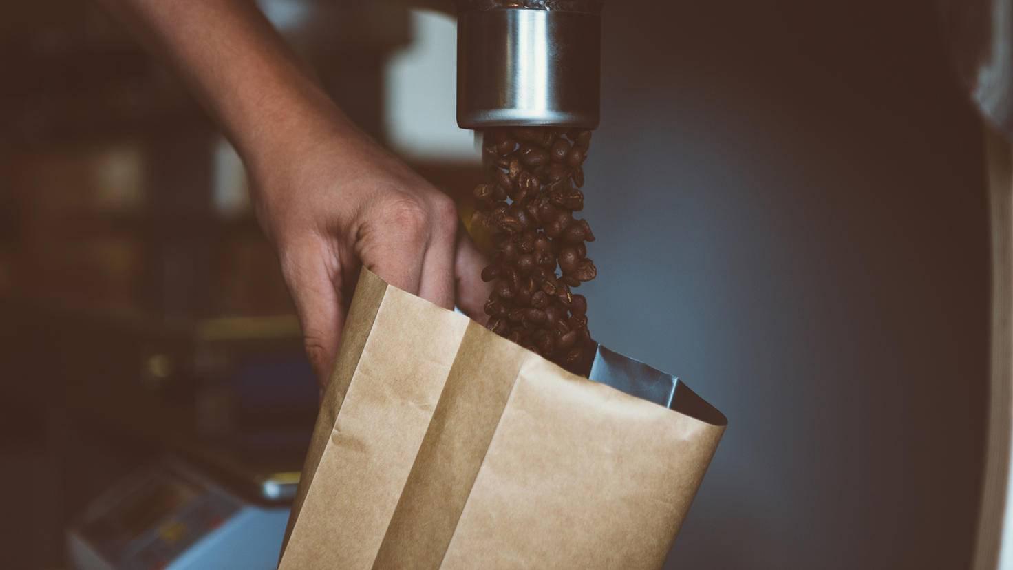 Frisch nach der Röstung geben Kaffeebohnen Kohlendioxid ab.