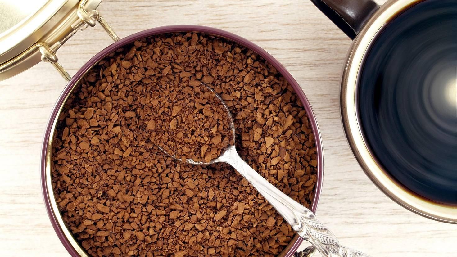 Am besten sollte Kaffee in Keramikbehältern mit Gummidichtung gelagert werden.