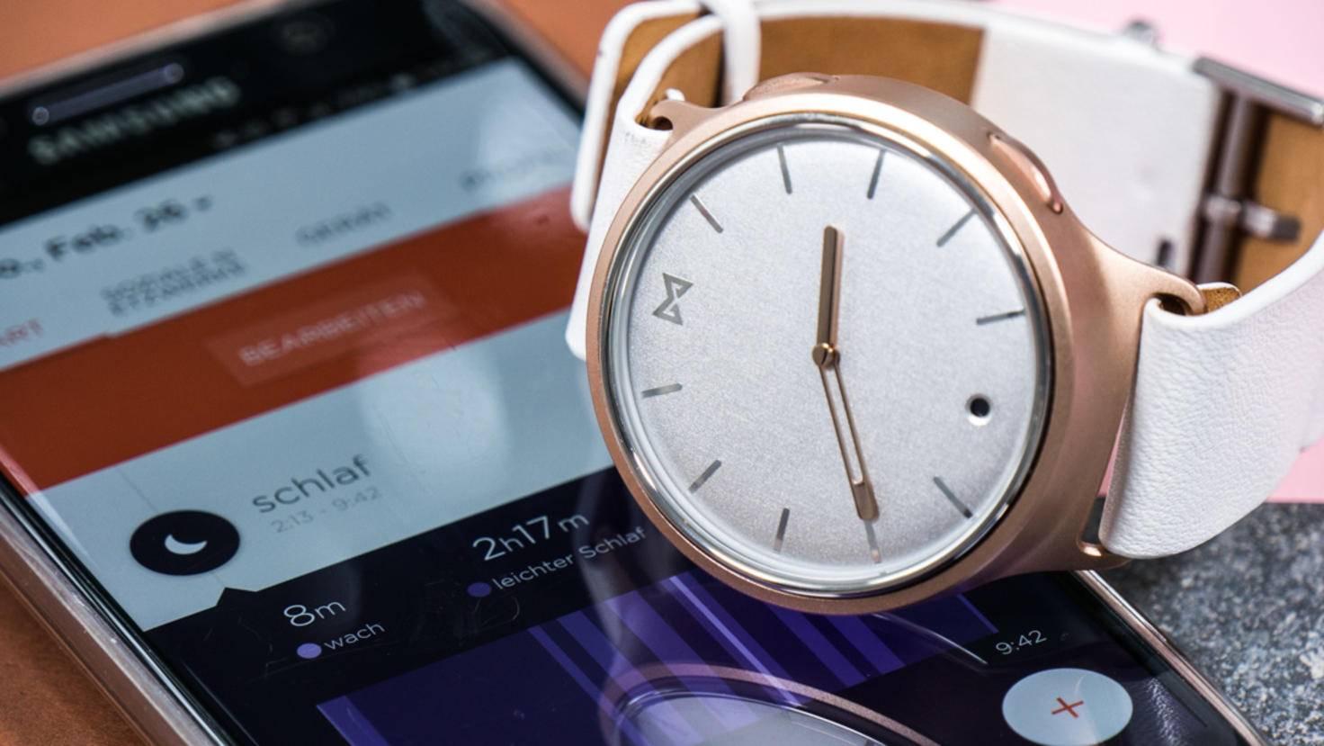 Eine Knopfzelle in der Uhr versorgt sie rund sechs Monate lang mit Energie.
