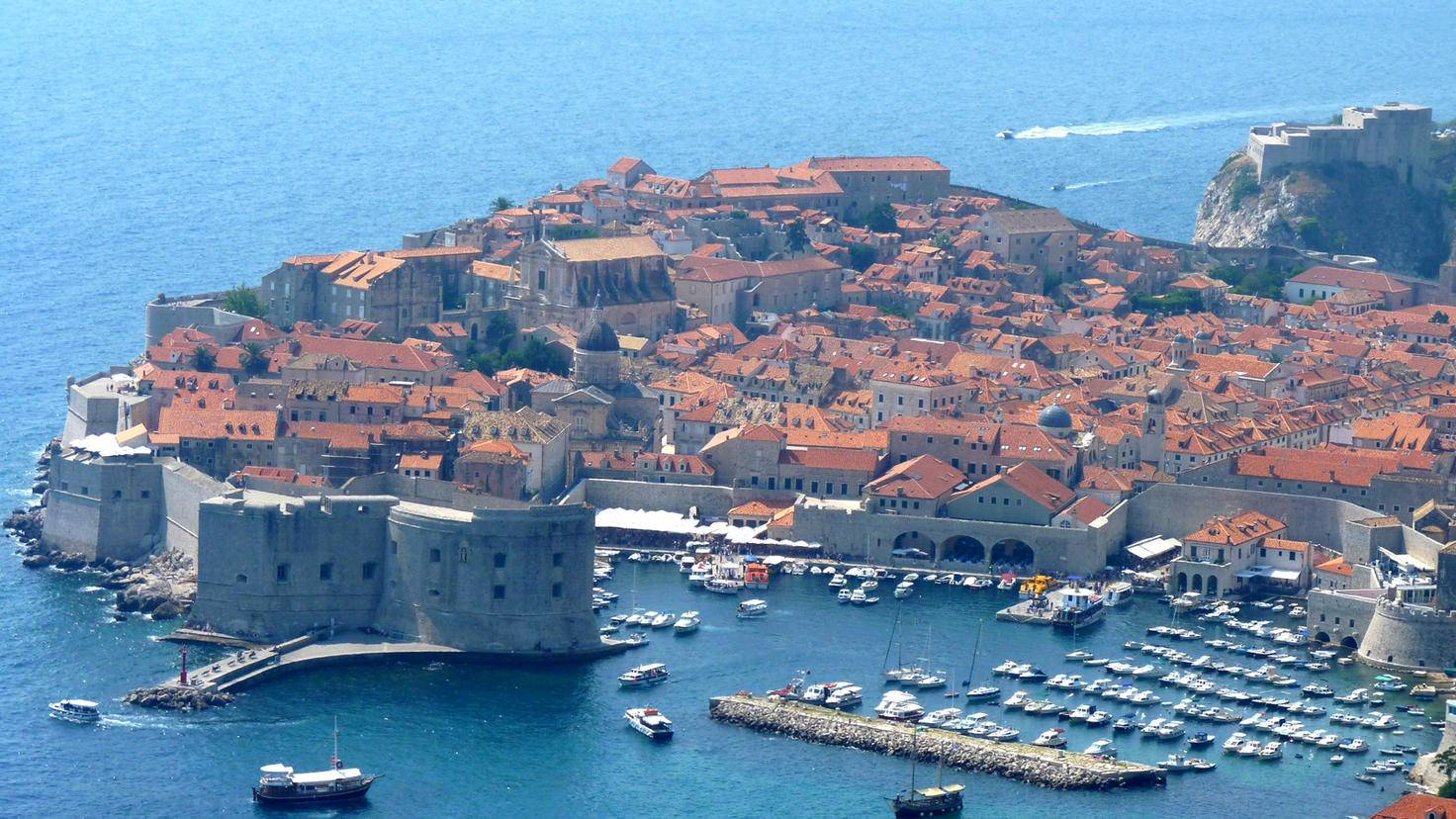 Eigentlich verraten nur die zahlreichen Segelschiffe, dass es sich hier nicht um Königsmund handelt, sondern um den Drehort Dubrovnik in Kroatien.