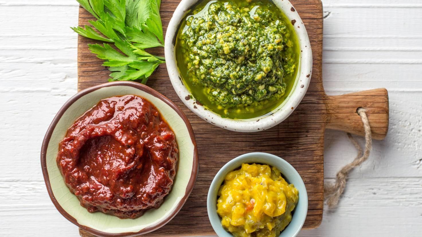 Pestos, Dips und Chutneys lassen sich leicht selber machen – und sind dann auch noch billiger als Fertigware.